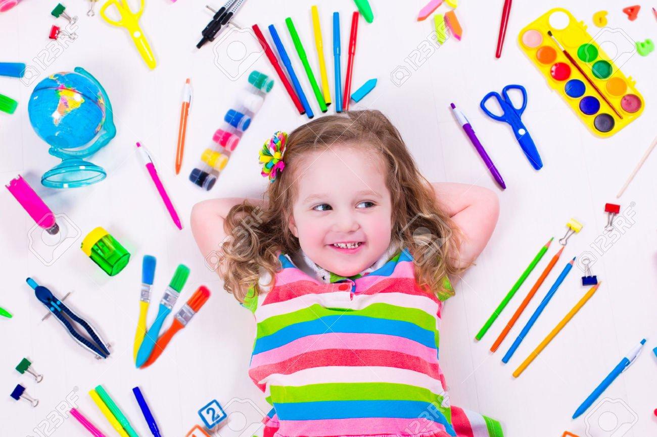 Criança Com Desenhar E Pintar Suprimentos  Crianças Felizes Em
